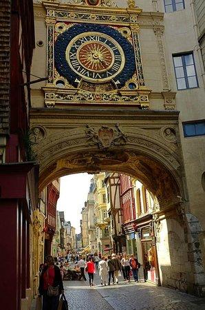 Rue du Gros Horloge : The road under the clock