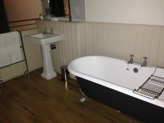 Great John Street Hotel: Bathroom on the mezzanine level