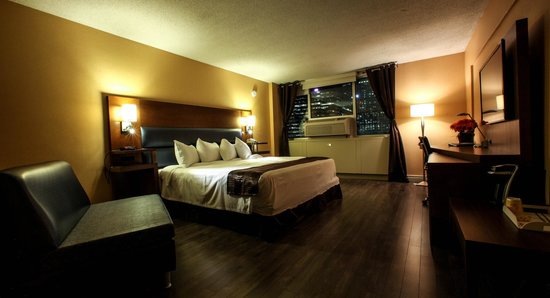 Hotel Espresso Montreal Centre-Ville/Downtown: Standard 1 King (Room 745, Night View)