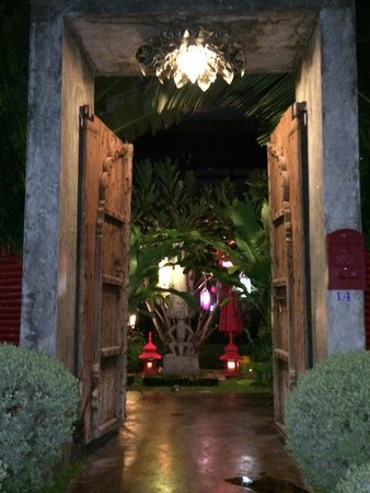 Villa Thapae: Entrance