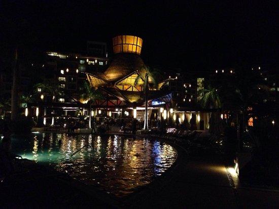 Villa del Palmar Cancun Beach Resort & Spa: Pool and Mexican restaurant, Zama, at night