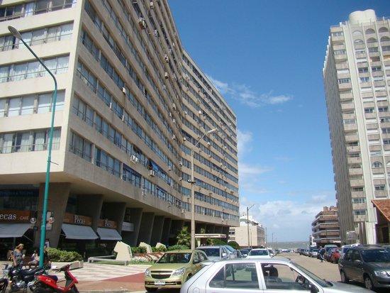 Hotel Castilla: Prédio próximo ao hotel