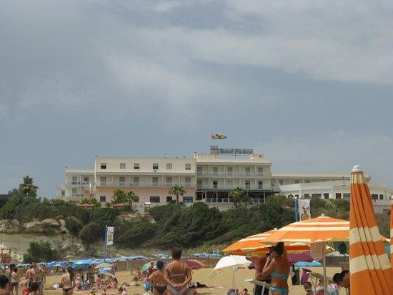 Hotel Club Helios: L'hotel visto dalla spiaggia