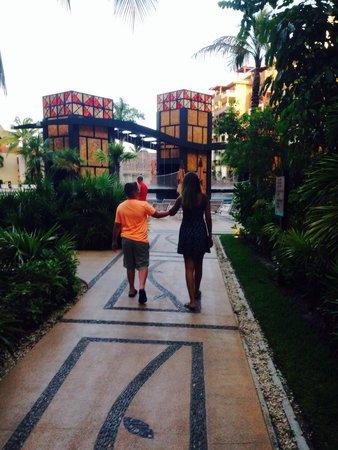Villa del Palmar Cancun Beach Resort & Spa: Walking to dinner