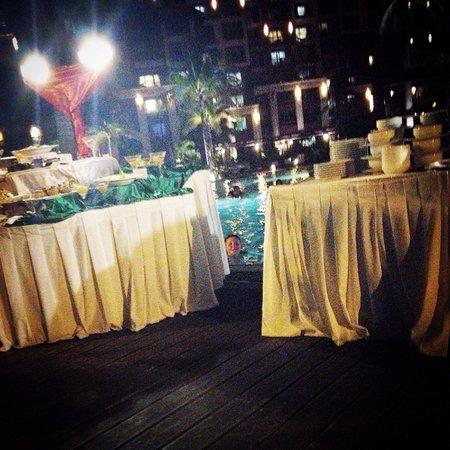 Villa del Palmar Cancun Beach Resort & Spa: Dinner buffet by the pool