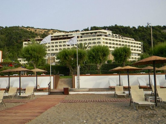 Amathus Beach Hotel Rhodes : triamphant flags of the best beach in the area!