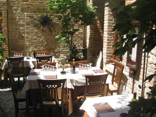 Ristorante Antica Sacrestia : Great atmosphere with outdoor and indoor seating.