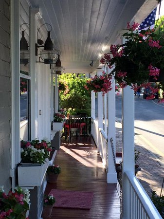Century House: Beautifal Front Porch