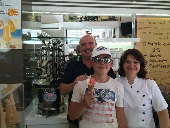 Gelateria Il Dolce Sorriso: Счастливый ребенок и шоколадный фонтан