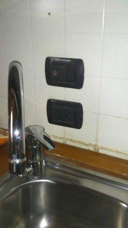Parco Termale del Garda: le prese dietro i rubinetti sono proibite da molti anni,spostarle non costa molto.