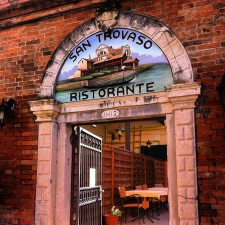 Ristorante San Trovaso : Смелее в эту арку