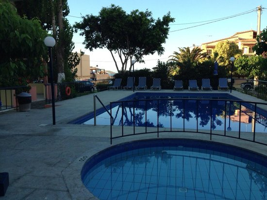 Leonidas Studios & Appartments: Pool area in the afternoon/evening. Great place to relax.