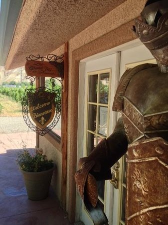 Maison la Belle Vie Winery: Quaint Entrance