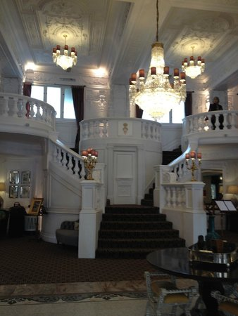 St. Ermin's Hotel, Autograph Collection: Grand staircase in the entry
