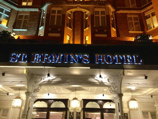 St. Ermin's Hotel, Autograph Collection: Hotel Entrance at night
