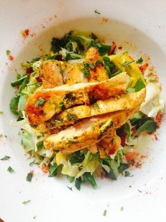 La Boya: ensalada de pollo fresca y colorida