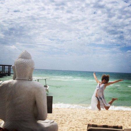 El Taj Oceanfront & Beachside Condos Hotel: Beach club Indigo El Taj...happiness