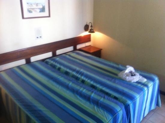 Hotel Avenida Praia: 2 smelly bed together for a couple.