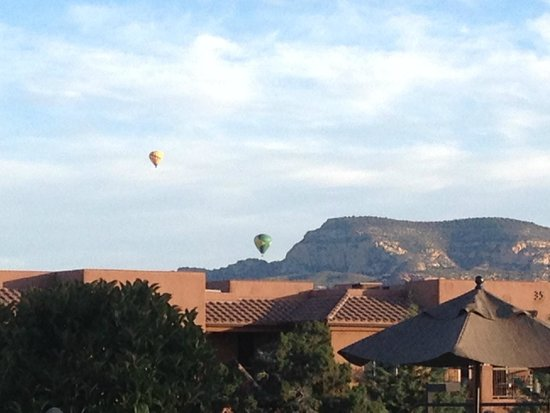 Sedona Summit Resort : View of 6:00a.m hot air ballon rides over hotel