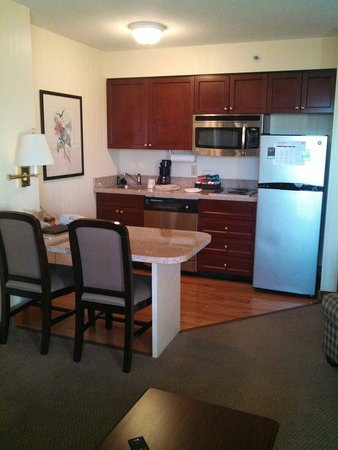Homewood Suites by Hilton Raleigh Crabtree Valley : Kitchen and dining area of king suite. Small but clean.