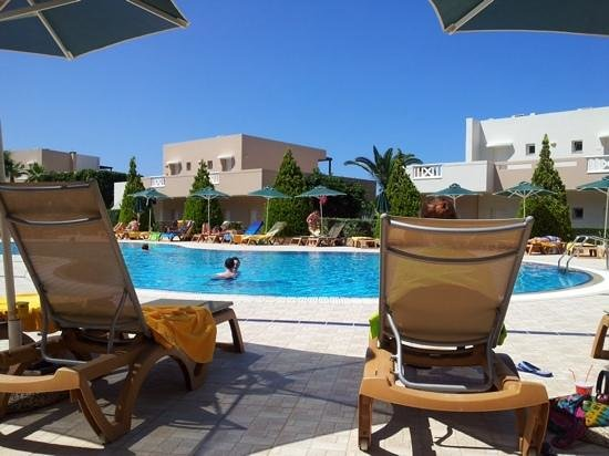 Grand Hotel Holiday Resort : relaxing by the pool