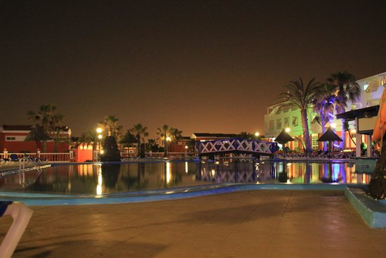 Globales Costa Tropical: The Pool area at night
