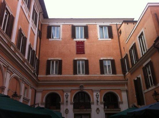 Antico Palazzo Rospigliosi: Внутренний дворик отеля