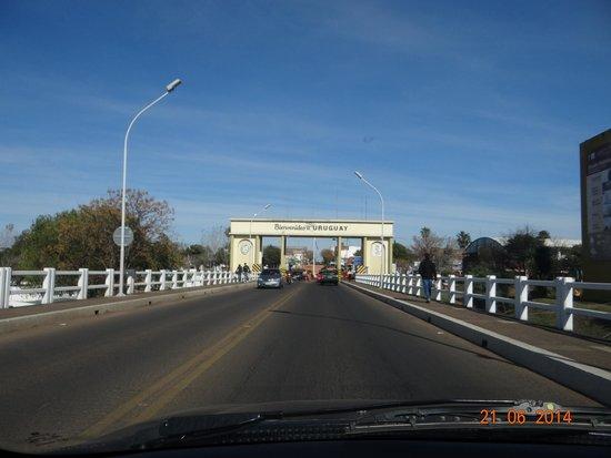Quarai: Ponte sobre o rio Quaraí, divisa entre os municípios de Quaraí (Brasil) e Artigas (Uruguai).