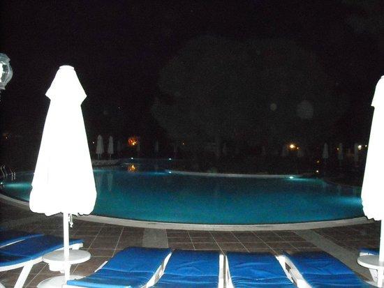 SENTIDO Sultan Beldibi : Vue de la grande piscine le soir