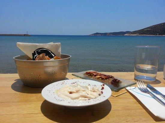 Omega3 : tarama & poulpe sur salade de câpre de Sifnos
