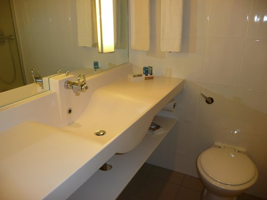 Novotel London West: Banheiro do quarto 4099