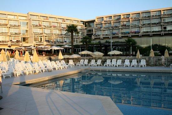 Hotel Laguna Mediteran: Pool and hotel in the evening
