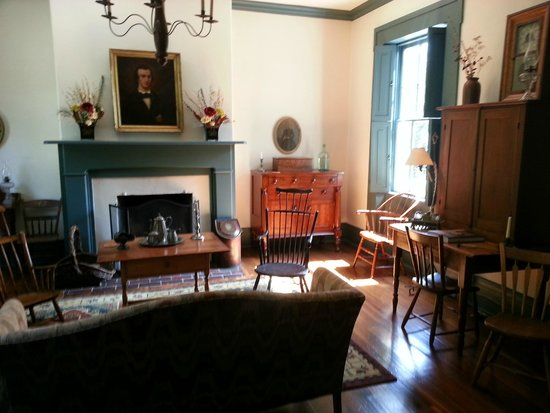 1840 Tucker House Bed and Breakfast: Parlor with lovely Windsor chairs