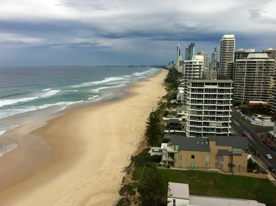 Golden Sands Holiday Apartments: Balcony view down to Surfers Paradise