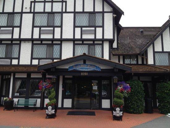 Abercorn Inn Vancouver Airport: Entrance to motel