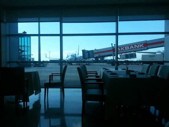 TAV Airport Hotel : View of the airport from the restaurant