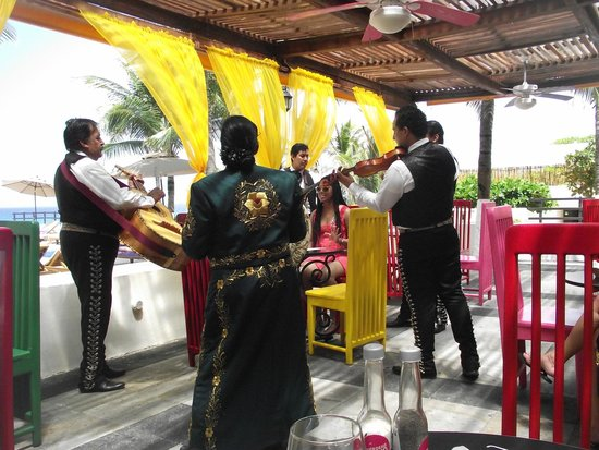 Grand Oasis Sens: Band at Mexican eatery
