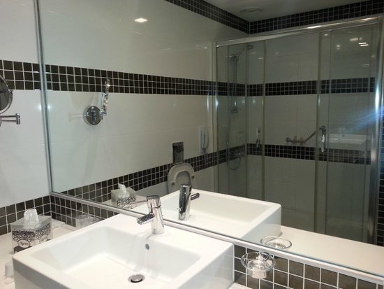 TAV Airport Hotel: Large shower