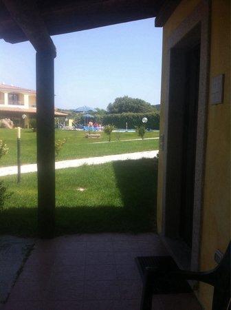 Hotel Porto Pozzo: Vista piscina dal loggiato della nostra Camera