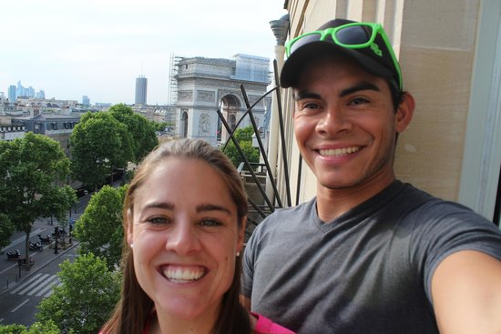Radisson Blu Hotel Champs Elysees, Paris: View of Arc de Triomphe from balcony