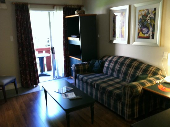 Helm's Inn: Sitting Room - couch folds out - Room 203. Sliding glass door to small balcony where 2 can sit.