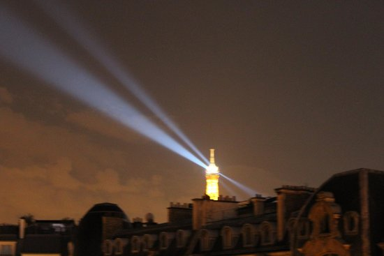 Radisson Blu Hotel Champs Elysees, Paris: View of Eiffel Tower from balcony