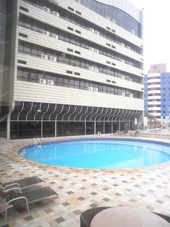 Continental Inn Hotel: uma boa piscina para os padrões de hoteis centrais
