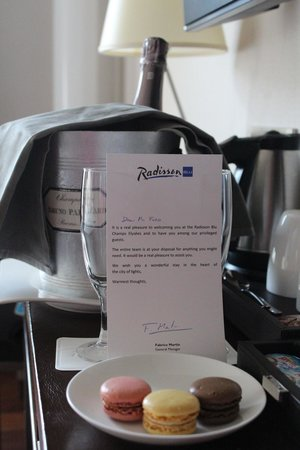 Radisson Blu Hotel Champs Elysees, Paris: Champagne & Macaroons in the room