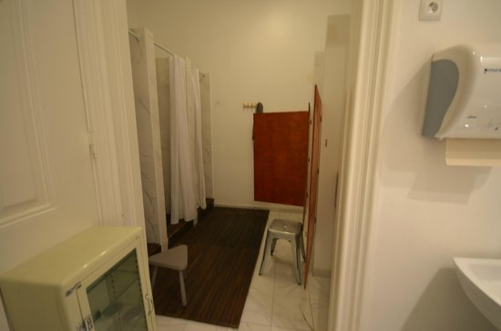 The Independente Hostel & Suites: Bathroom shower area
