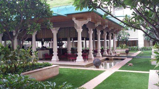 ITC Gardenia, Bengaluru: Bar/lounge in the courtyard