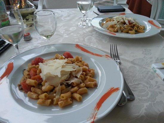 Hotel Lo Zodiaco: maccheroncini pomodorini melanzane e grana