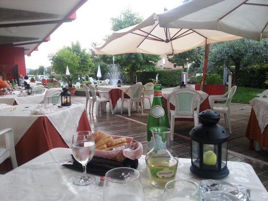 Hotel Lo Zodiaco: delizioso giardinetto per cenare