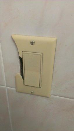 Rodeway Inn: Broken light switch cover