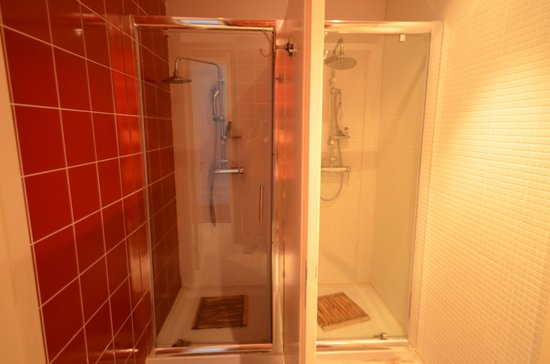 Bathroom shower stalls in 6-bed mixed dorm - Picture of Gallery ...